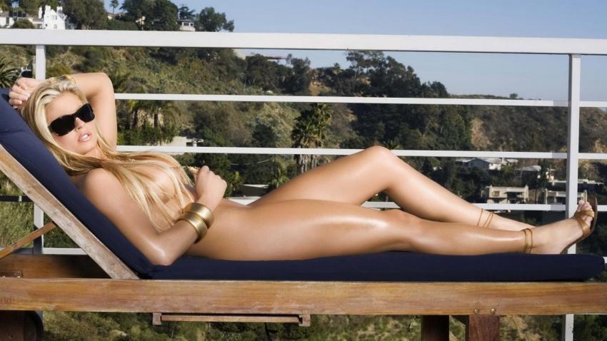 piersi blondynki plener topless usta