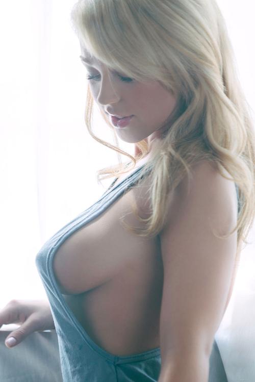 uśmiech duże piersi blondynki