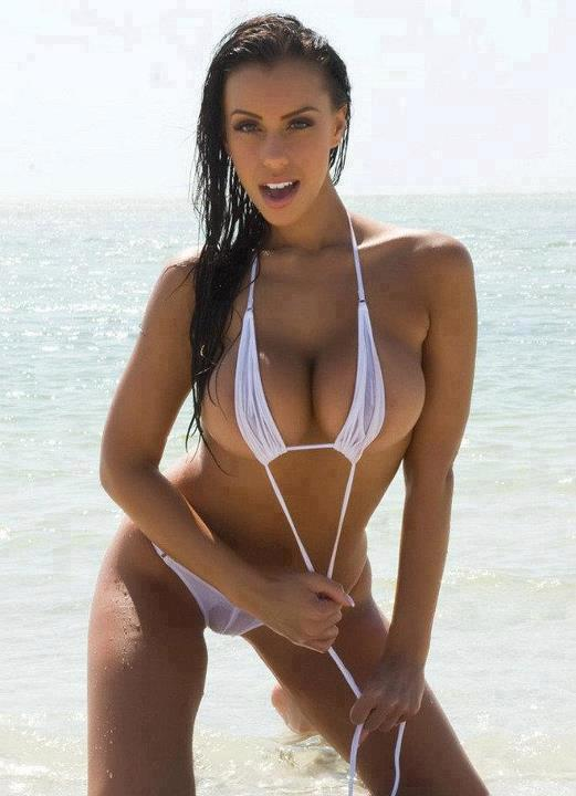 woda duże piersi brunetki bikini