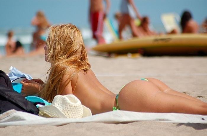 topless stringi pośladki plener blondynki bikini