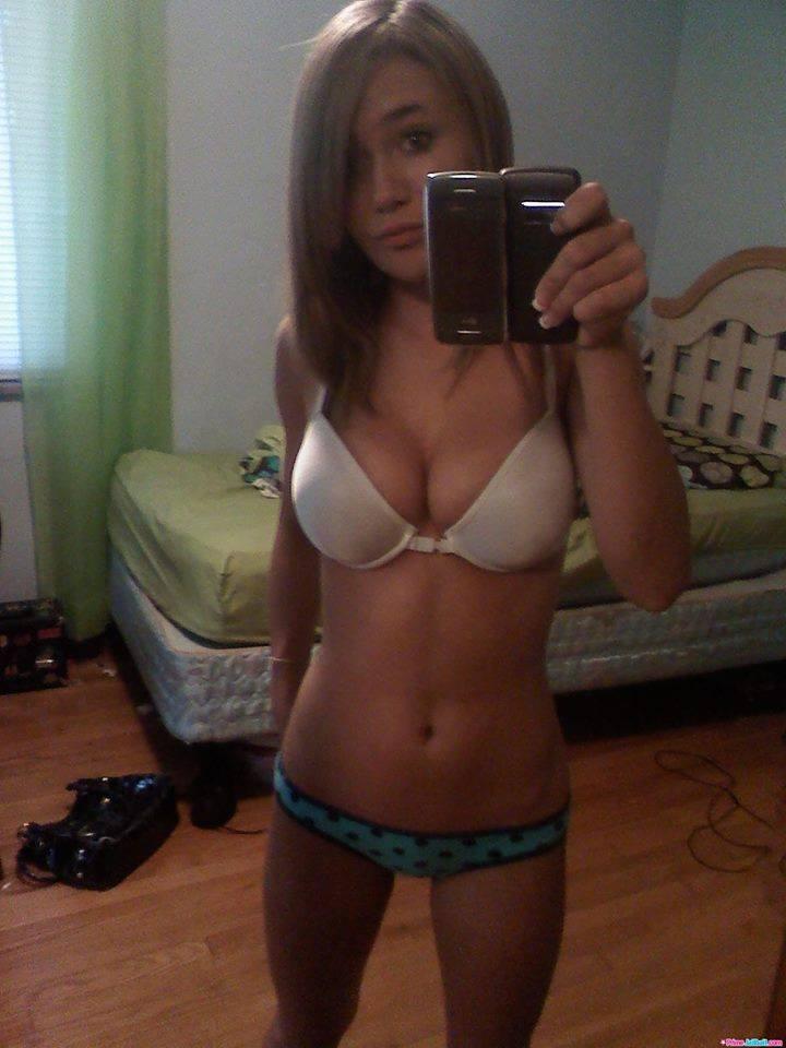 topless naturalne piersi duże piersi brunetki bielizna