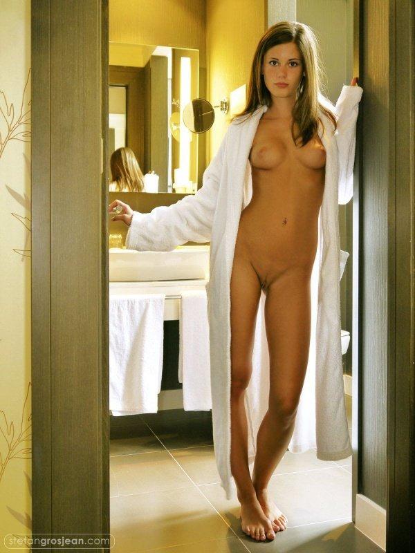женщина в халате лена дубонос стоит раком на кровати задрав халат было